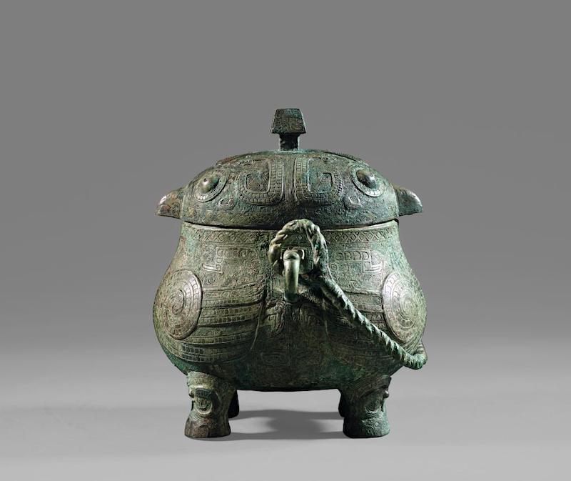 戈鸮卣,商代晚期,上海博物馆藏