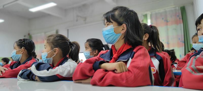 """▲""""多多读书月""""公益捐赠行动携手当地媒体、作家为新疆巴州和静县第九小学130余名各族学生带去了一堂生动的阅读课。(摄影:蒲鹏文)"""