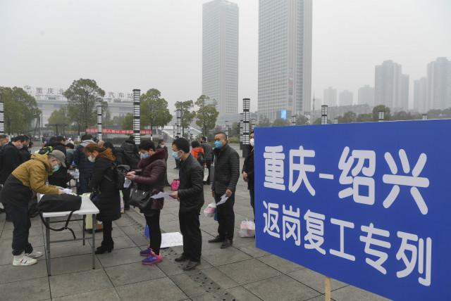 2020年2月23日,来自重庆各区县的518名农民工乘坐动车专列赴浙江绍兴相关企业复工,这也是重庆首批乘坐动车专列复工的农民工。新华社图。