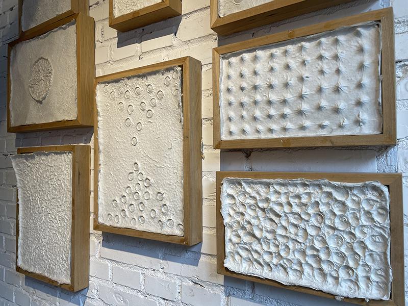根据不同手法,古法造纸能形成丰富而自然的纹理    摄影/吴丹