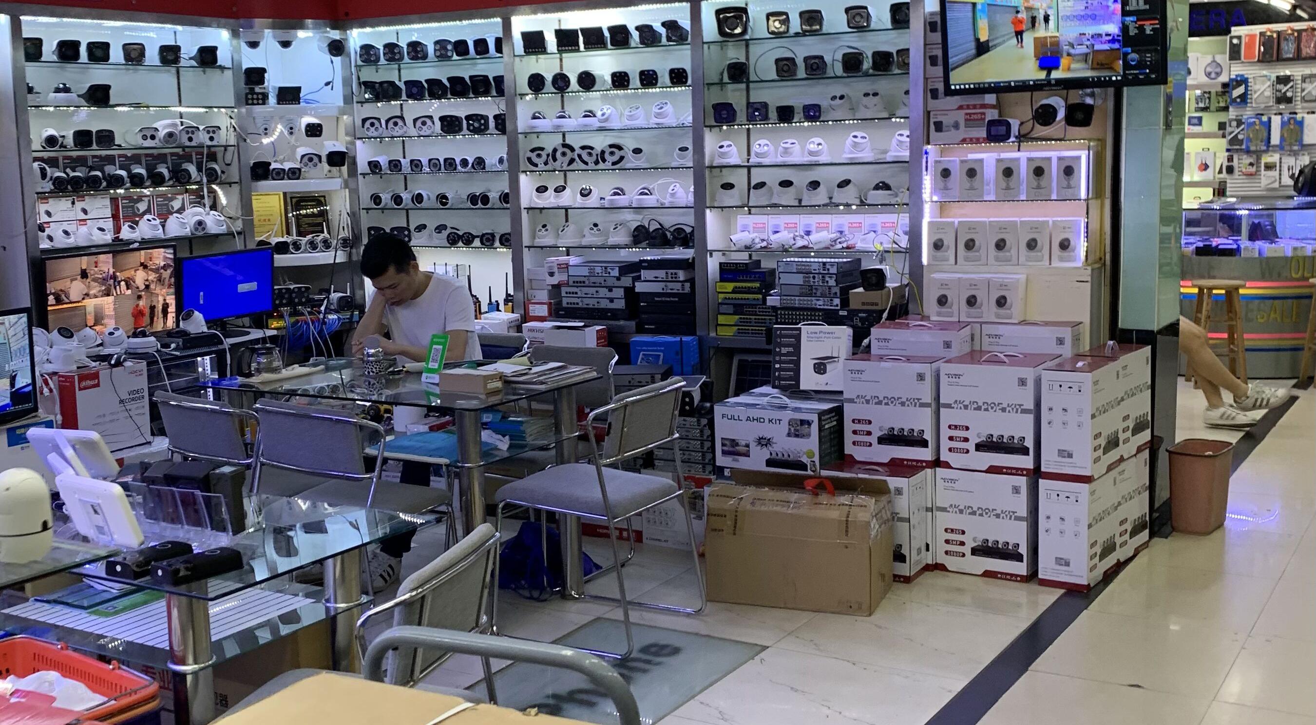 广州某电子交易市场内一家专售摄像头的店铺摄影    摄影/南英