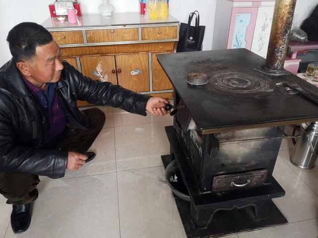 图为甘肃一农户在冬季燃煤取暖。摄影/章轲