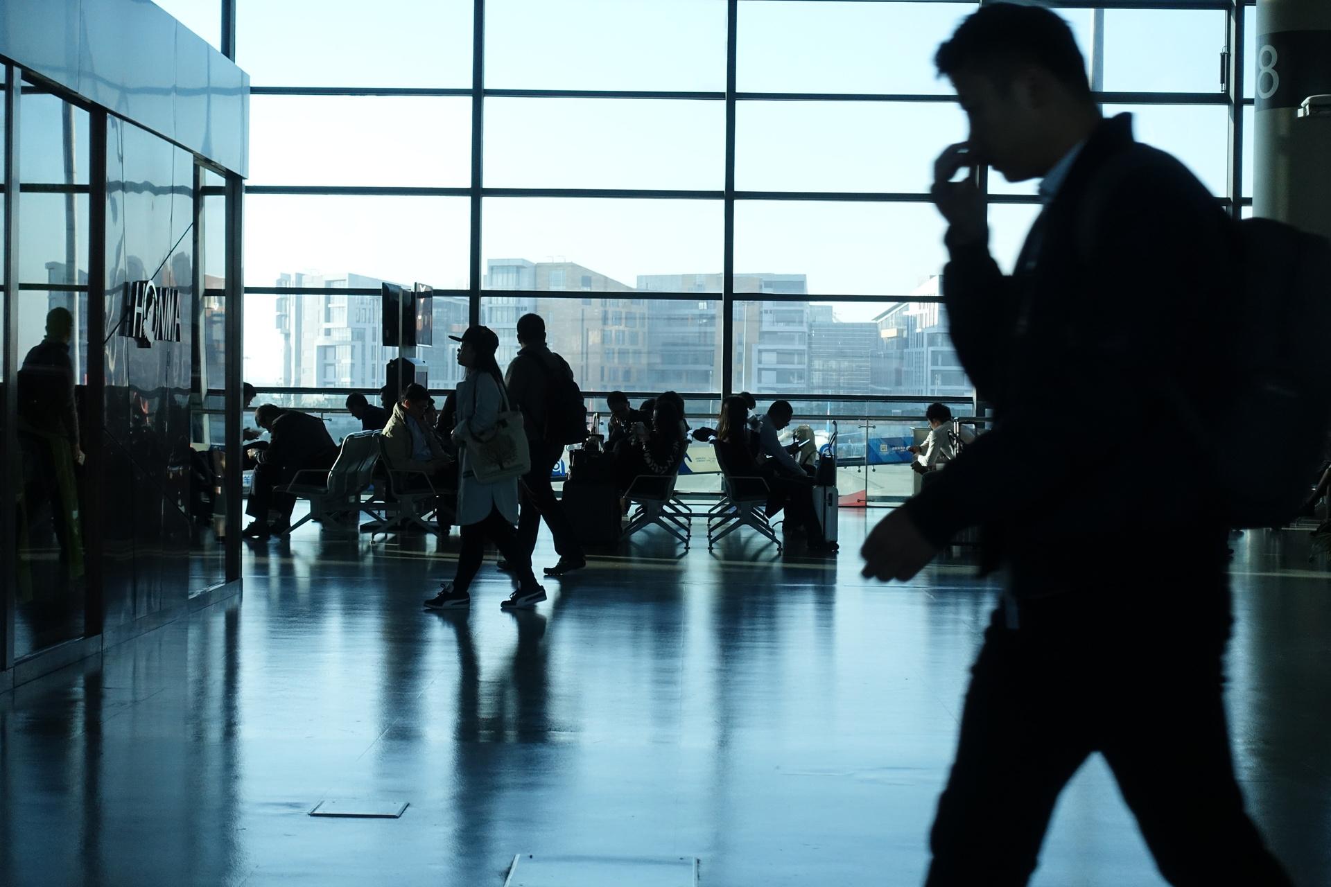 机场的旅人   摄影记者/任玉明