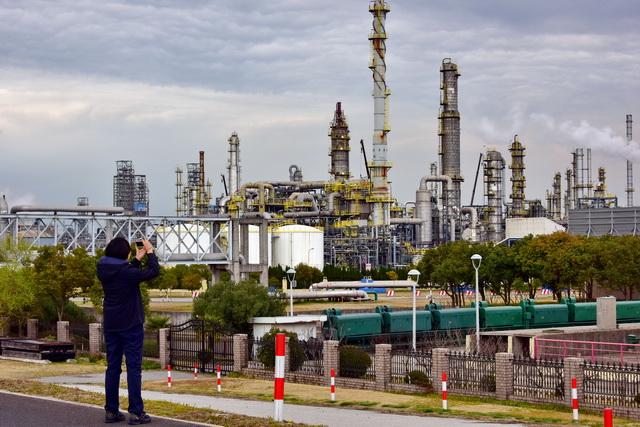 化工行业对碳减排空间巨大。摄影/章轲