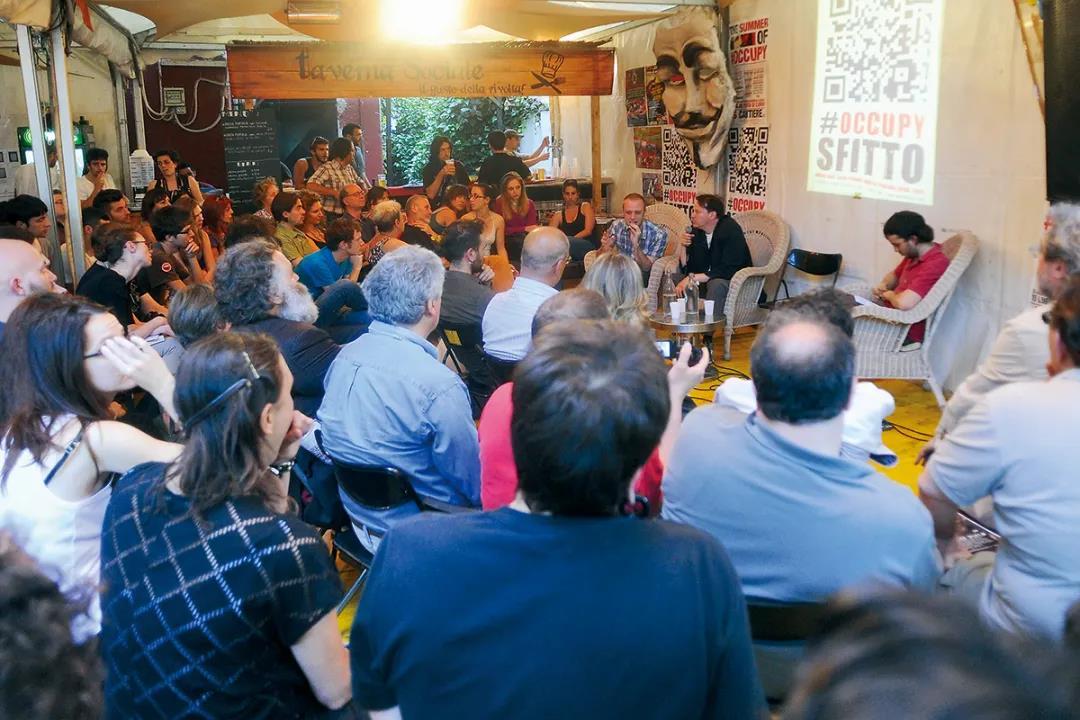 2012年,大卫·格雷伯在一场占领运动中发言。他既投身于公众事业,也在理论上有所建树,激励了后来的知识青年们。