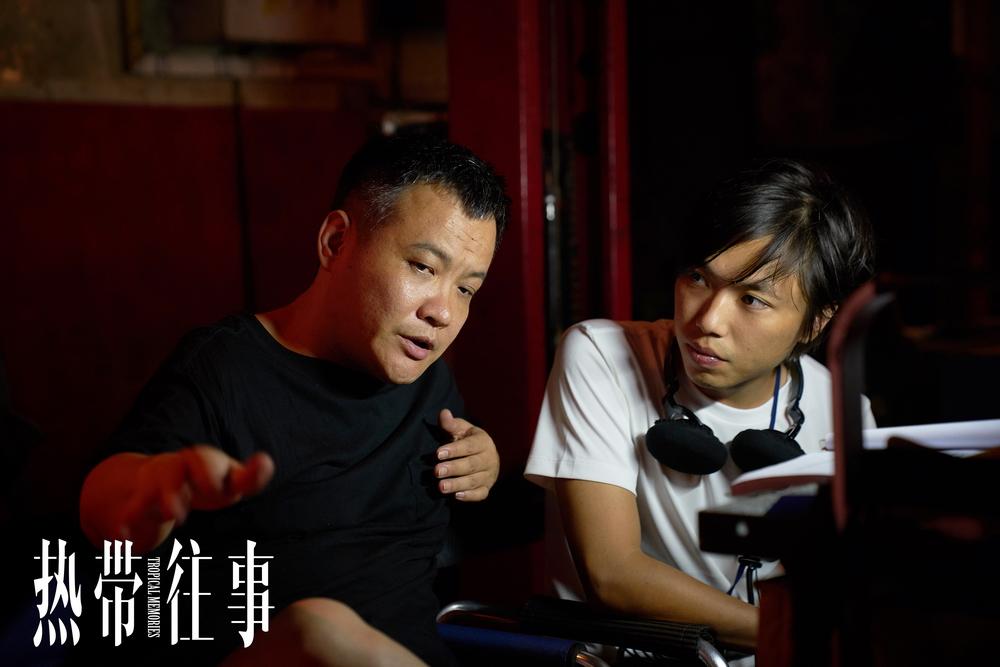 监制宁浩与导演温仕培现场沟通影片拍摄细节