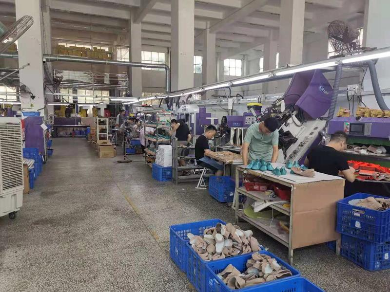 5月以来,东莞的工厂陆续收到有关错峰用电的通知,为了保障正常生产,卓冠鞋业临时租用了一台柴油发电机    摄影/林春挺