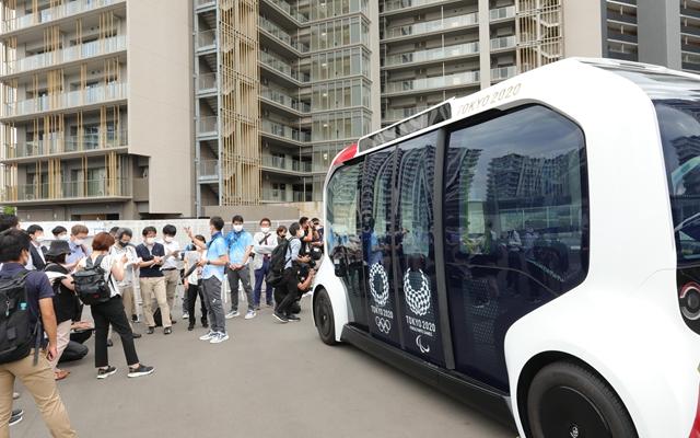 东京奥运会奥运村内拍摄的无人驾驶电动车。丰田提供了3000多部赛事用车。