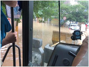 一号站招商主管958337暴雨中的军民鱼水情保险查勘员救援部队车辆
