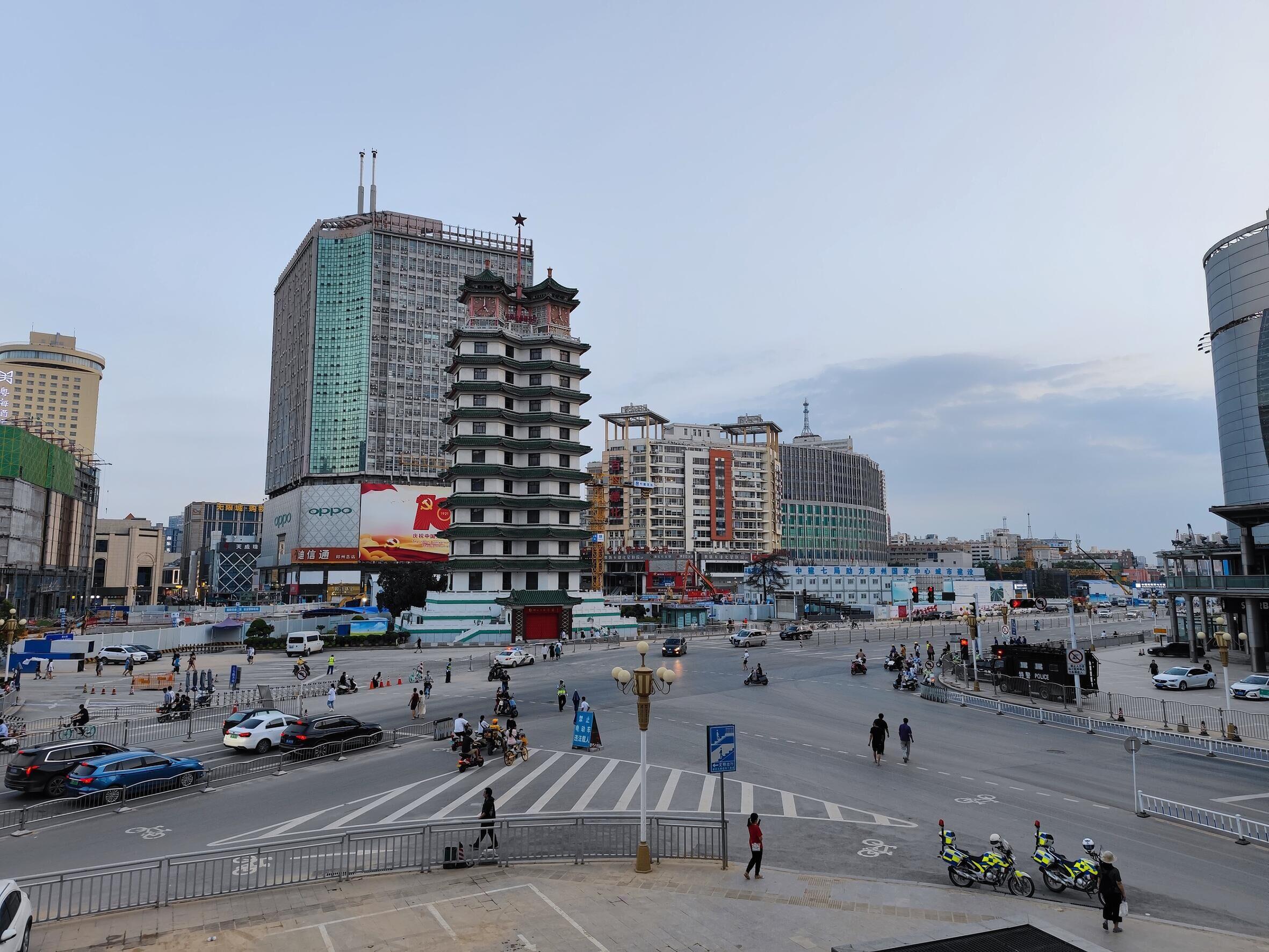 7月26日,郑州二七广场周边道路人车稀少,商场停业。    人民视觉图