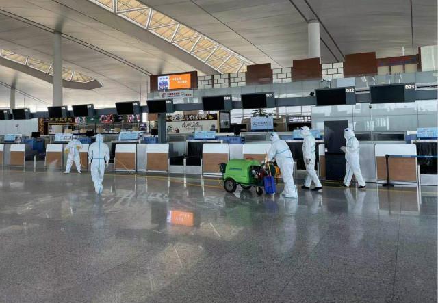 7月21日,工作人员在南京禄口机场T2航站楼内进行消杀。新华社图。