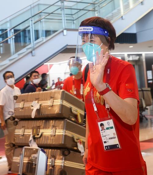 7月19日,中国女排主教练郎平抵达东京成田机场。