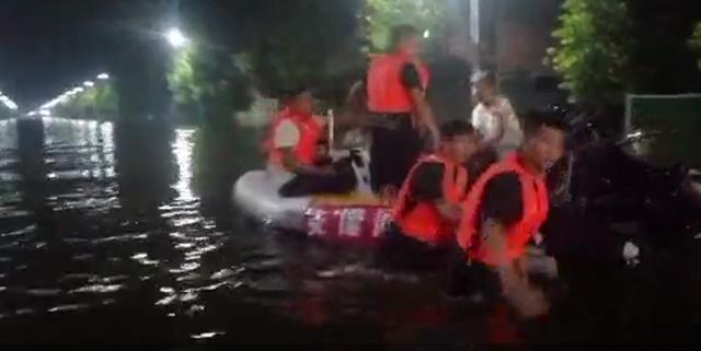 7月26日凌晨,卫辉市多个救援队夜以继日展开救援 受访者供图