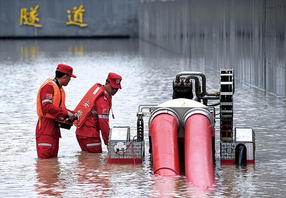 7月22日,来自江西的救援人员在京广南路隧道进行排涝作业。    新华社图