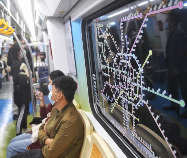 2020年9月27日,乘客乘坐成都轨道交通18号线出行。新华社图。