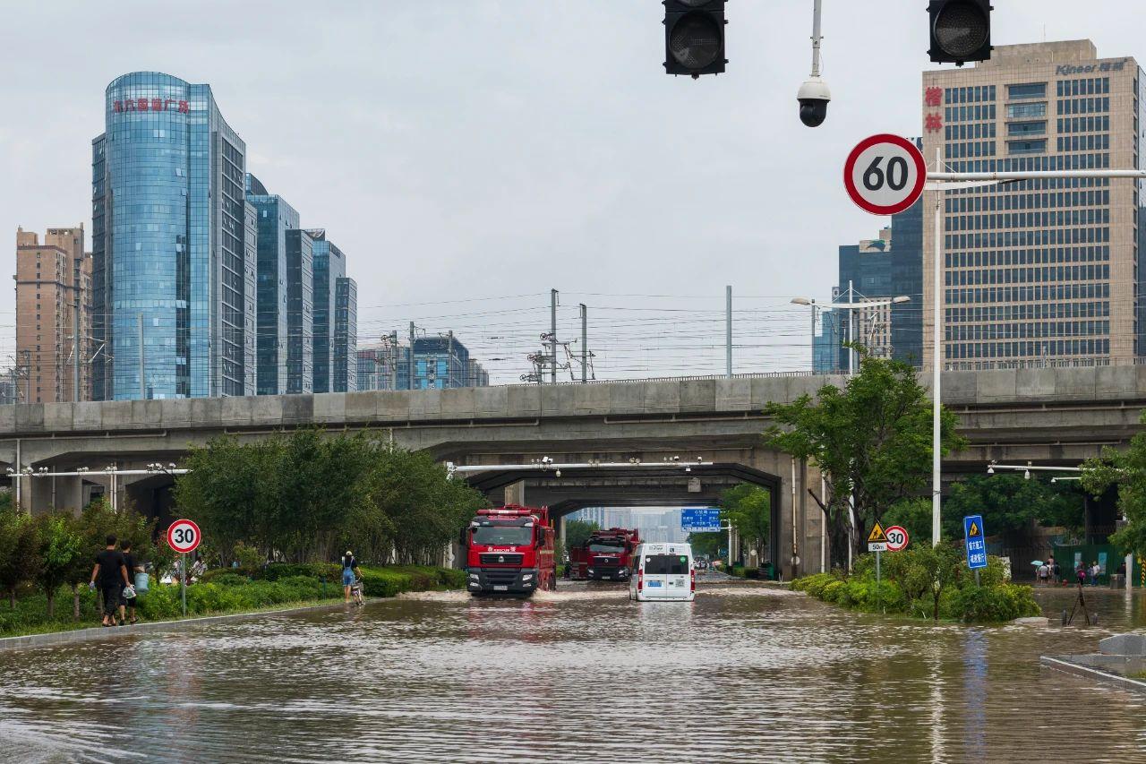 暴雨后,出现在郑州金水路与东三环路口铁路涵洞中的消防救援队伍