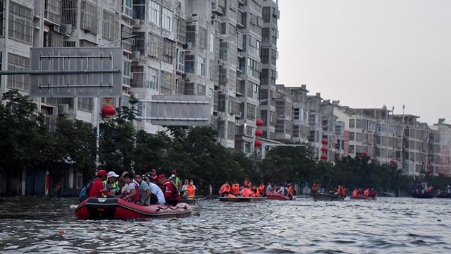 7月26日,在河南省卫辉市,受困群众乘坐救援船只转移。新华社
