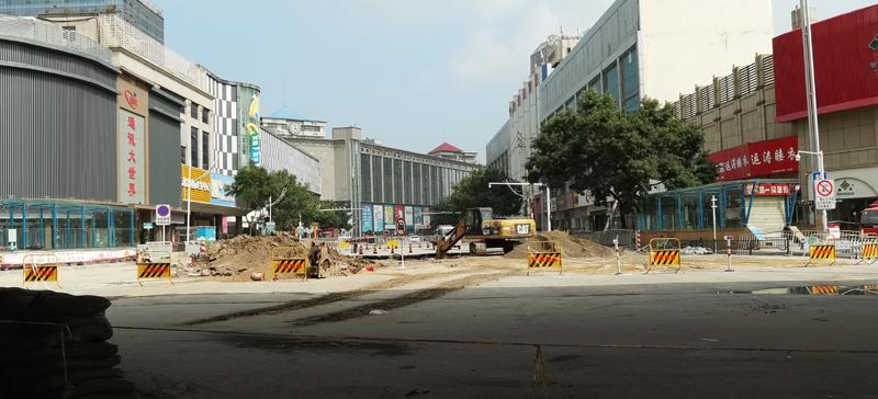 7月28日,洪灾过后,被损坏的道路正在修补。    摄影/冯硕硕