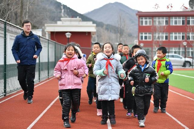 陕西省铜川市耀州区照金镇北梁红军小学学生在操场跑步(2020年12月29日摄)。新华社图。