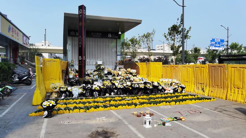 """7月28日,郑州地铁5号线沙口路站B1出口,""""头七""""日,市民自发祭奠遇难者。    摄影/冯硕硕"""