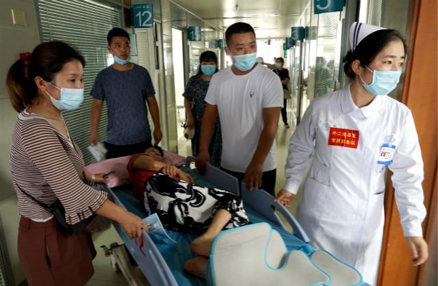 7月26日,医生在郑大一附院河医院区转移患者。当日,郑州大学第一附属医院河医院区在停止诊疗服务四天后重启。新华社图。