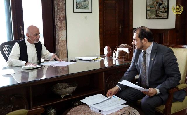 萨达特(右一)曾任阿富汗电信和信息科技部部长。图片来源:阿富汗政府官网