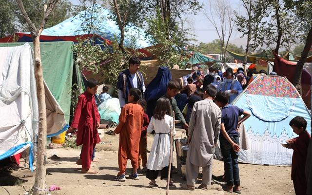 8月11日在阿富汗首都喀布尔拍摄的因战乱逃离家园的难民。