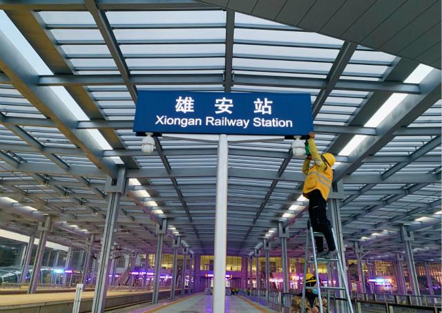 2020年12月23日,工人在京雄城际铁路雄安站施工。新华社。
