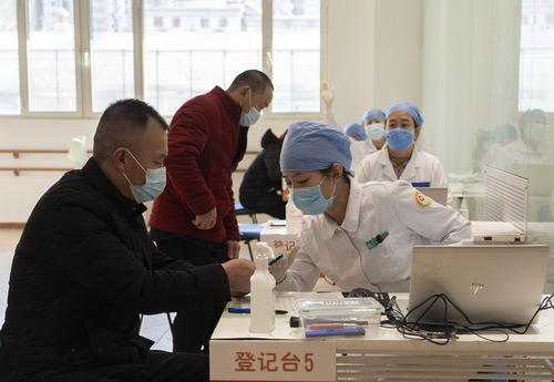 图为北京市西城区广安门外街道红莲社区卫生服务站的新冠疫苗接种点。来源:新华社
