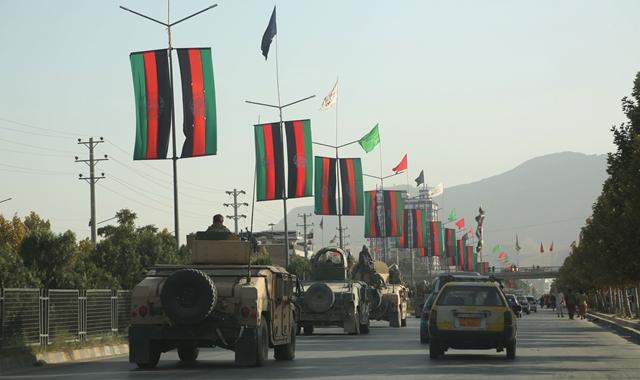 这是8月15日在阿富汗喀布尔拍摄的当局军车队。