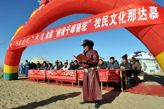 """在内蒙古阿拉善盟牧区举办的""""梭梭·千峰骆驼""""牧民文化那达慕。摄影/章轲"""