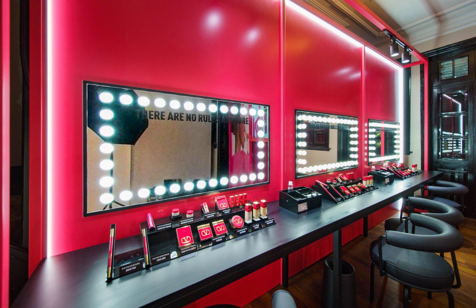 7月15日,华伦天奴美妆品牌天猫旗舰店在上海新天地壹号揭幕