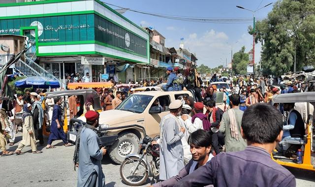 8月15日,塔利班武装人员在阿富汗拉格曼省米特拉姆街头乘车通过。