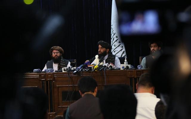 8月17日,在阿富汗首都喀布尔,阿富汗塔利班发言人扎比乌拉·穆贾希德(后中)出席塔利班进入喀布尔后举行的首次记者会。