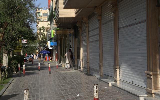 这是8月15日拍摄的阿富汗首都喀布尔街头关闭的商店。
