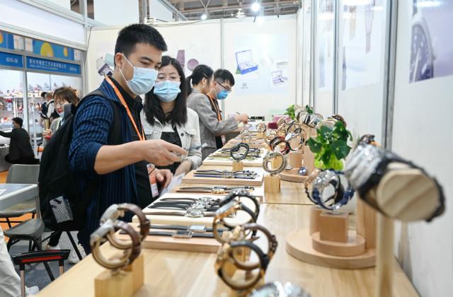 3月18日,采购商在首届中国跨境电商交易会一家3C产品展位前了解展出商品。新华社。