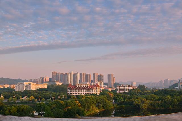 中国将走出一条生产发展、生活富裕、生态良好的文明发展道路。图为9月10日,湖北黄石市城市景观。摄影/章轲