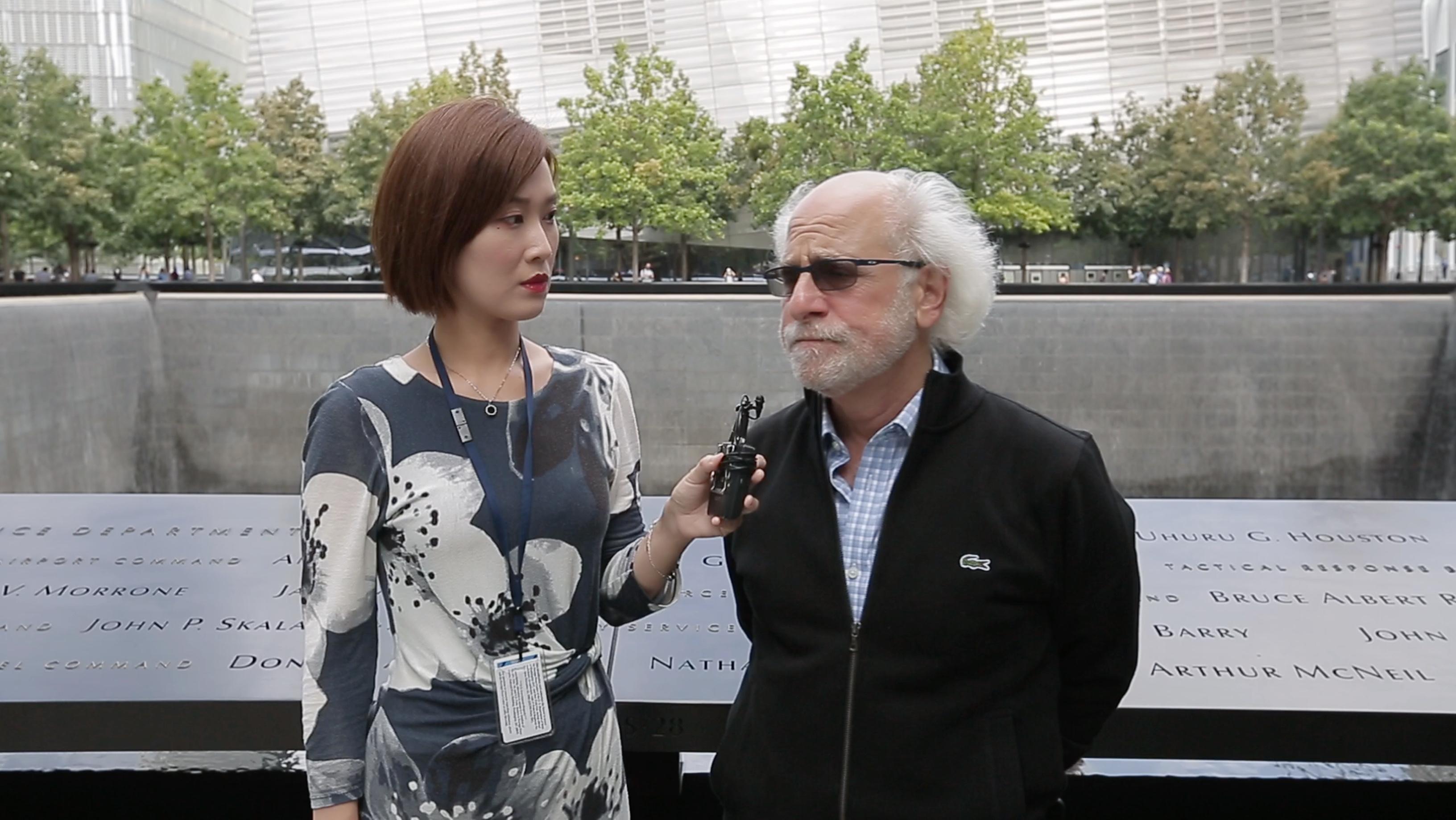 塔奇曼(右)重返原世贸中心双子大厦遗址,并接受第一财经专访