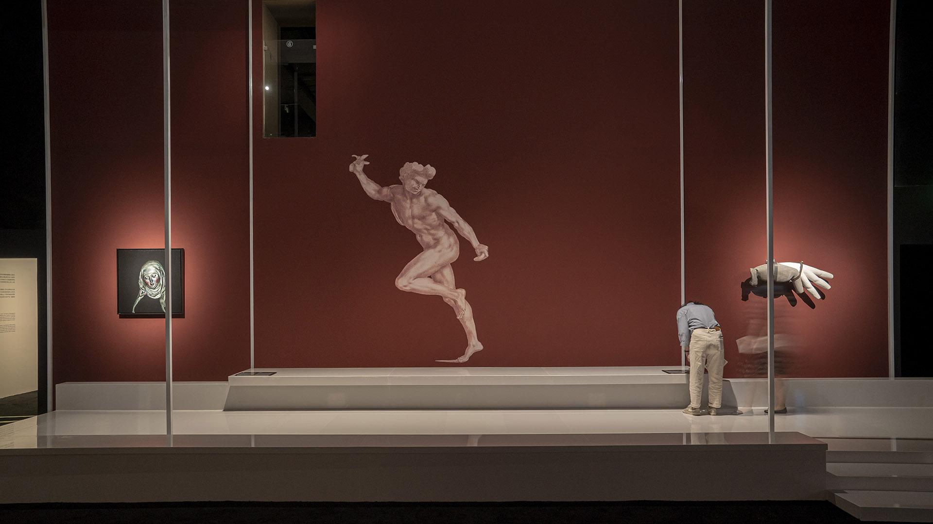 展览现场,图左一为艺术家曾梵志的西方人物肖像系列作品之一《无题》
