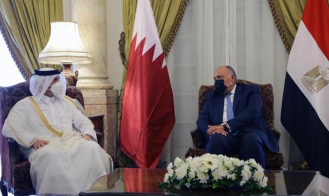 在埃及首都开罗,埃及外交部长舒凯里(右)会见卡塔尔副首相兼外交大臣穆罕默德(左)。        新华社图