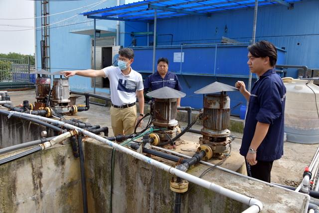 9月2日,中央第三生态环境保护督察组在湖北某企业检查排污情况。摄影/章轲