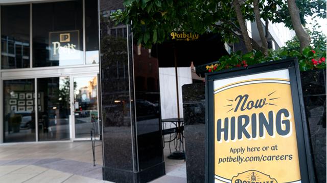 9月3日,在美国华盛顿,一家餐厅门前贴出招聘启事。