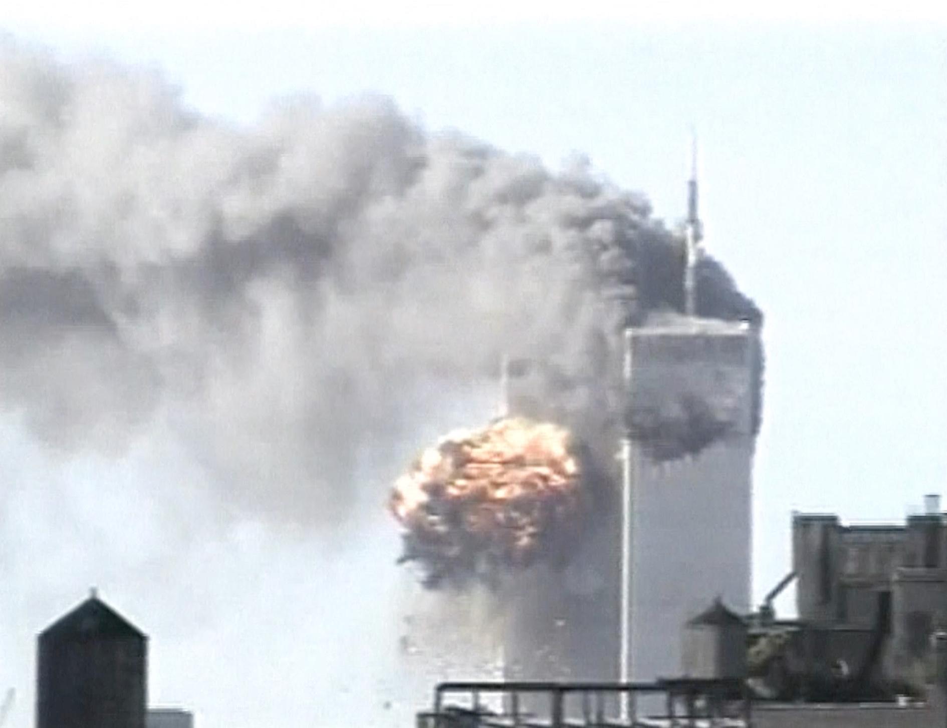 2001年9月11日受到撞击的双子大厦冒着浓烟,美联社提供画面