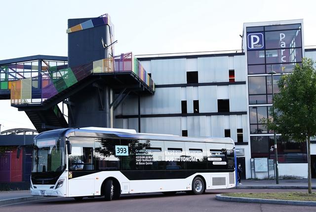 """9月17日,""""中车电动""""制造的自动驾驶客车在法国巴黎大众运输公司393号线路部分路段进行路况实测。"""