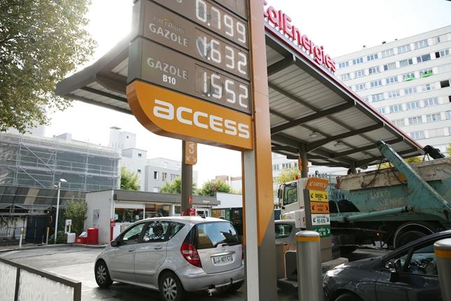 10月13日,车辆在法国巴黎的一处加油站排队加油。