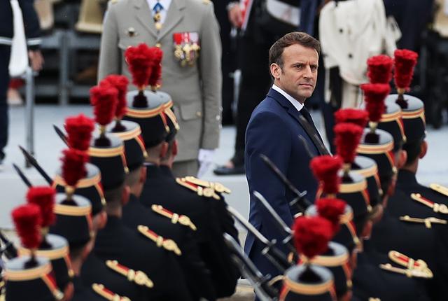 7月14日,法国总统马克龙在巴黎协和广场国庆阅兵式现场检阅队伍。