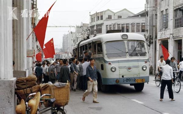 广州中心大街汽车站 阿德里亚诺·马达罗摄于1976年5月4日