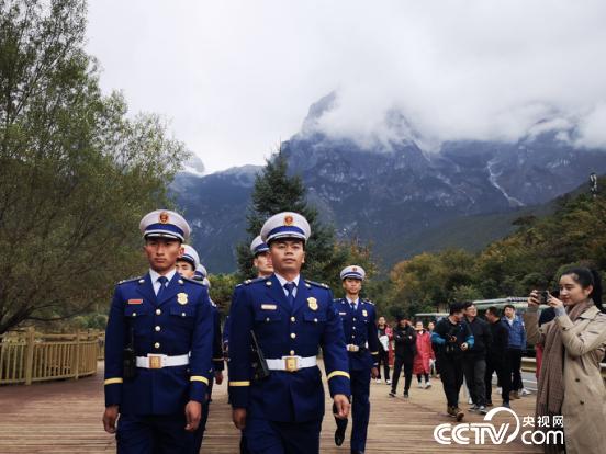 玉龙森林消防大队一中队在核心景区进行日常巡逻。(何川 摄)