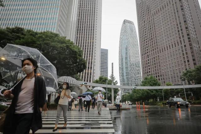 7月9日,在日本东京新宿,人们戴口罩出行。(新华社记者 杜潇逸 摄)