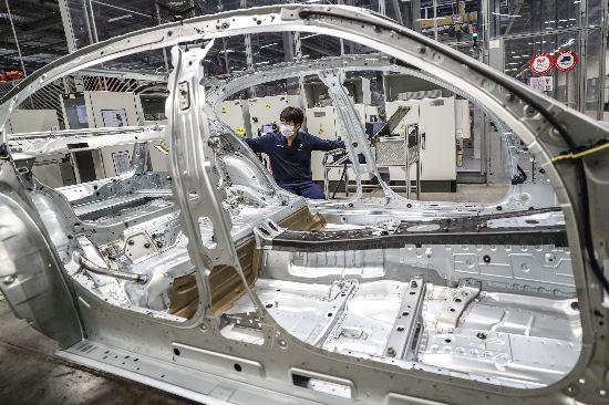 重大投资项目开复工,工人在华晨宝马汽车有限公司铁西工厂生产线上工作。新华社记者潘昱龙摄.JPG